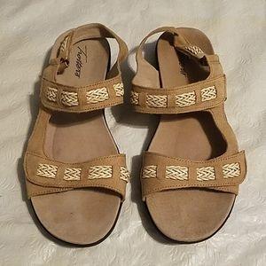 Trotters Beige Velcro Sandals Sz 8.5N